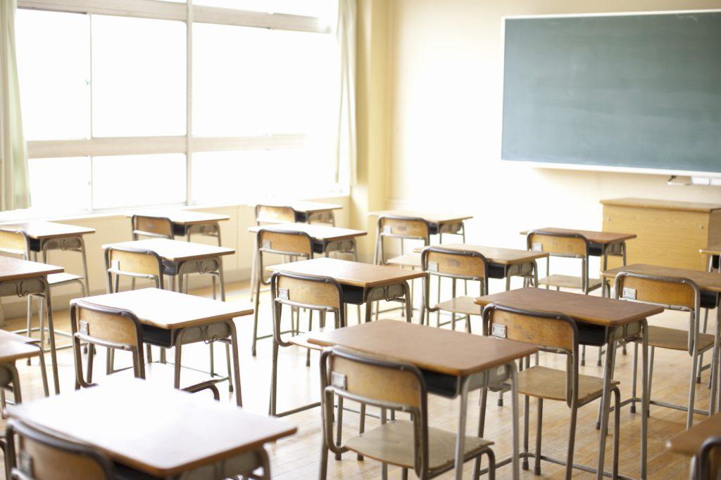 Aula scolastica senza insegnanti e alunni