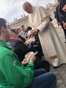 Papa Francesco con in mano il pecorino appena ricevuto in regalo
